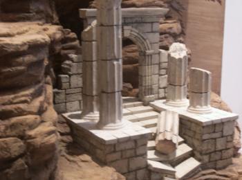 Декорации с элементами античной архитектуры. Киев, мастерская Круг