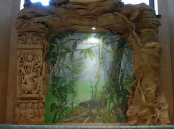Декорирование стены: скала в форме арки, с рельефной стеллой. Киев, творческая мастерская Круг