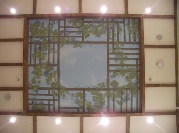 Роспись потолка (сочетание деревянной решётки с росписью) в Киеве
